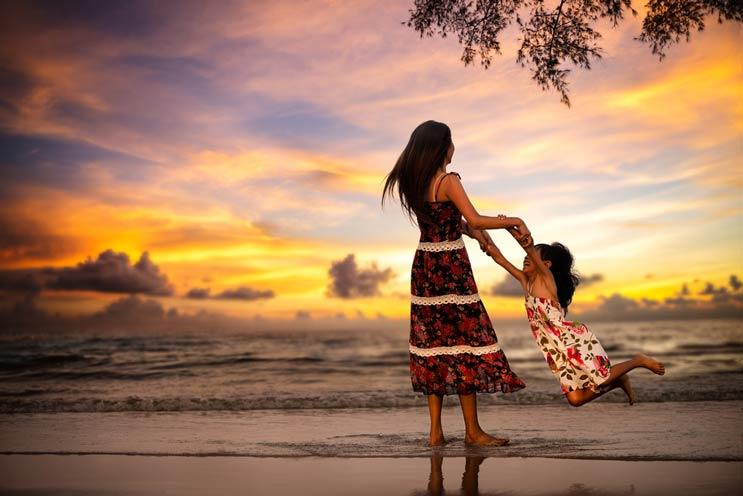 Caminando la línea entre ser mamá y papá cool y ser buenos padres-MainPhoto