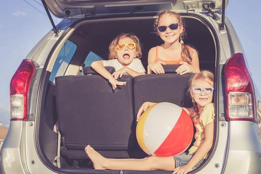 Viaje por carretera en fin de semana en verano Los snacks mantienen contentos a los niños-MainPhoto