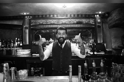 Haciendo mezclas Mocktalis por el barman Aaron Melendrez-MainPhoto