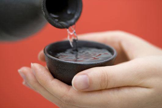 Cómo-beber-sake-japonés-cómo-toda-una-maestra-Photo2