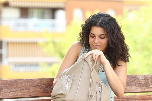 6 razones por las que necesitas dejar de cargar un bolso pesado-MainPhoto