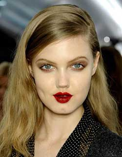 Best Holiday Beauty Looks for Moms-Bold Lipstick